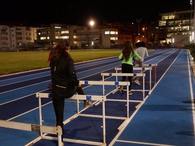 Entrenamiento en la nueva pista de atletismo del estadio Larrabide de Pamplona