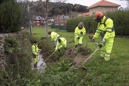 Trabajadores municipales realizan labores de limpieza de zonas verdes y desbroce