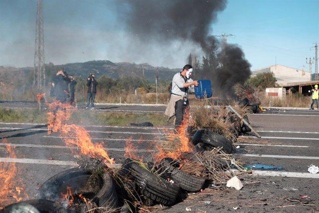 Los CDR cortan la autovía AP7 a su paso por La Ampolla (Tarragona)
