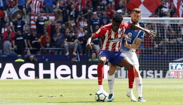 Thomas Partey protege el balón ante Baptistao en el Atlético-Espanyol de 2017