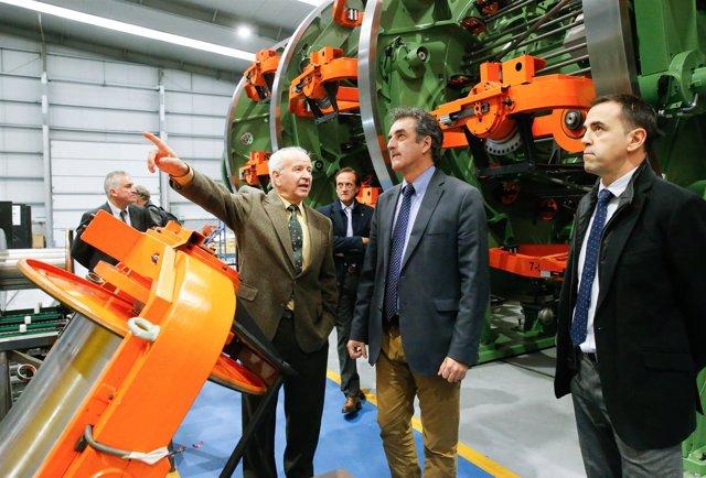 Martín, en el centro, con los responsables de la empresa Flymca