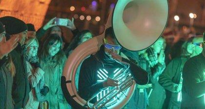 Miles de farolillos iluminan el Puente de Toledo en la fiesta de bienvenida al invierno