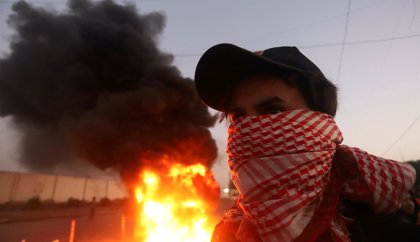 La Policía iraquí usa fuego real para dispersar una manifestación en Basora