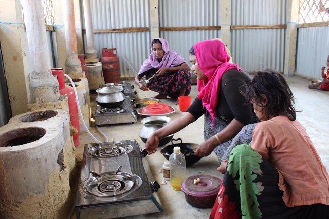 Cocina comunitaria en un campo de refugiados rohingyas