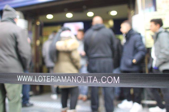 Cola para comprar lotería de Navidad en doña Manolita en Madrid