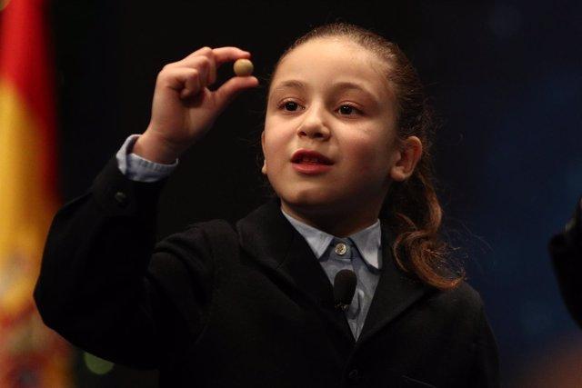 Aya, la niña que levanta aplausos en el Sorteo de Navidad por su forma de cantar