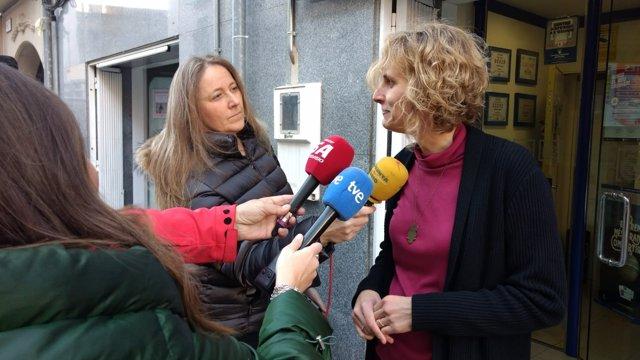 La lotera, Pèrsida Pastalle, atendiendo a los medios