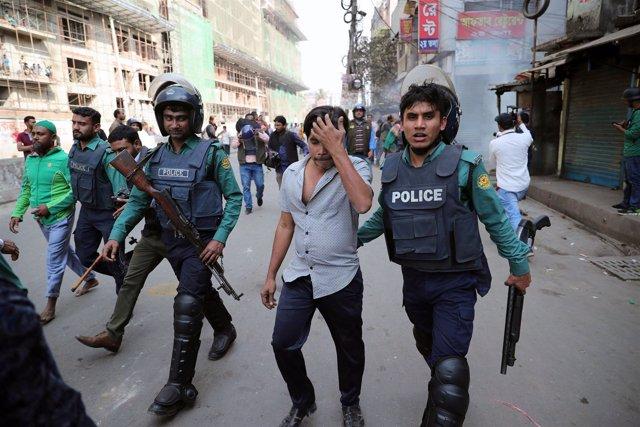 Simpatizantes del Partido Nacionalista Bangladés (BNP) detenidos por la policía