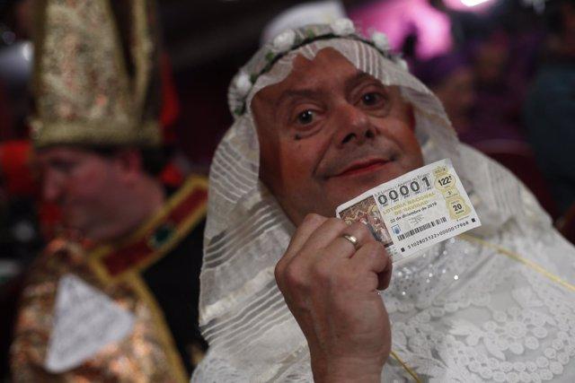 Personas disfradas acuden al Teatro Real de Madrid para disfrutar del Sorteo Ext