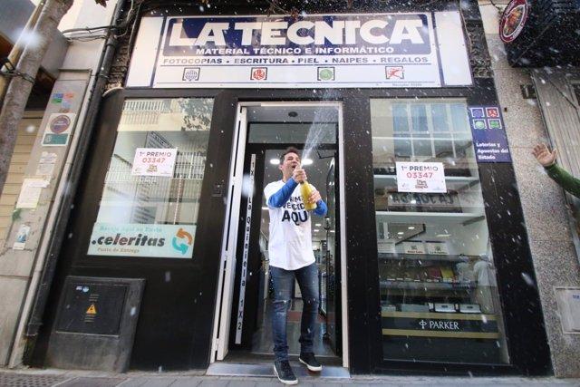 El propietario de La Técnica celebra haber vendido un décimo de El Gordo