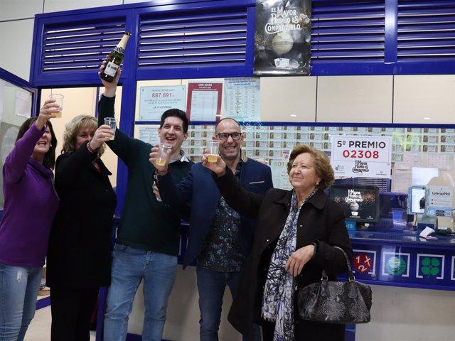 Loteros de Ferial Plaza en Guadalaja reparten quinto 02308 de Navidad