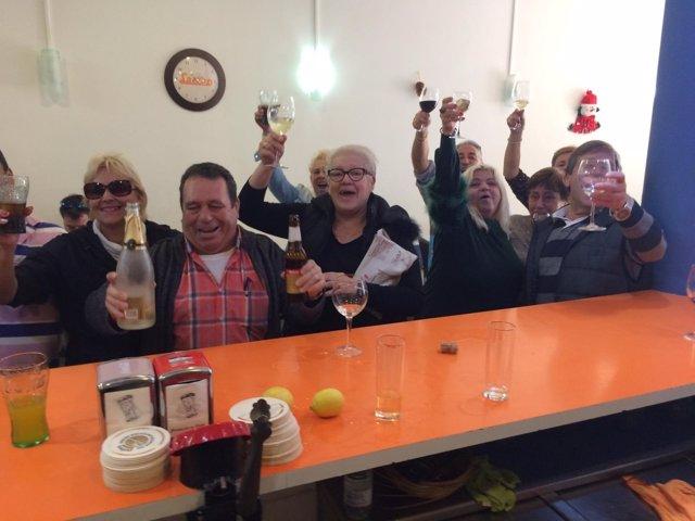 Vecinos festejando el 'Gordo' del Sorteo de Navidad en Can Picafort