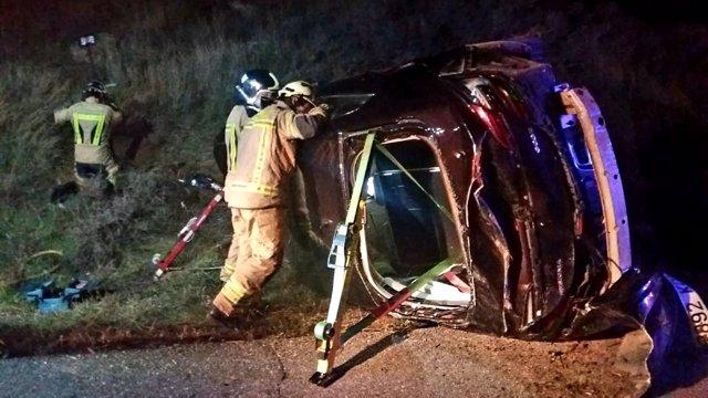 Herido un conductor al salirse su coche de la calzada y volcar, en la N-234.