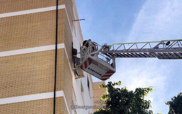 Actuación de bomberos en un edificio de Sevilla