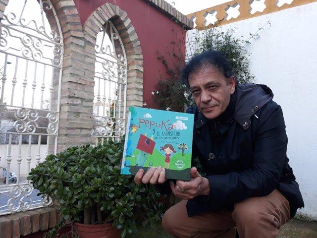 José Lagares con un ejemplar del libro.