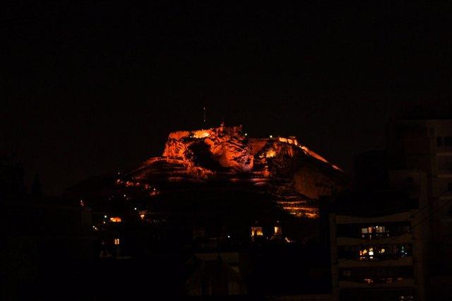 Castillo de Santa Bárbara de Alicante, iluminado por la noche