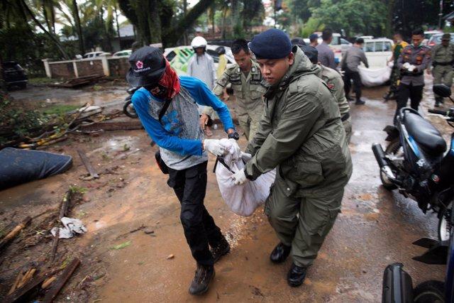 Rescatistas trabajando tras el tsunami de Indonesia