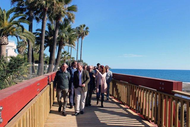 Bendodo y García Urbano en un tramo de la senda litoral