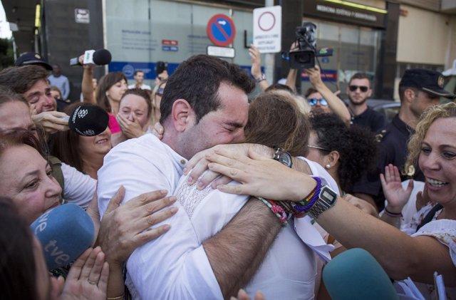 F.J.M, acusado del doble crimen de Almonte, sale absuelto y abraza a su madre.