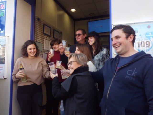 Un grupo de oscenses celebra el Premio Gordo de 2018.