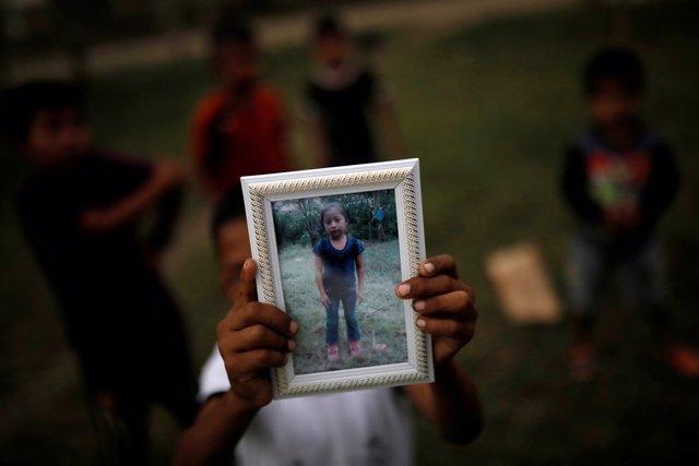 El hermano de Jakelin Caal sostiene una fotografía