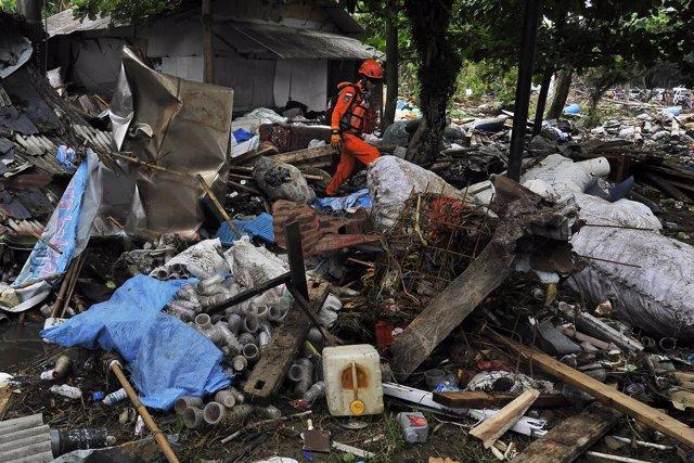 Tareas de rescate por el tsunami en Indonesia