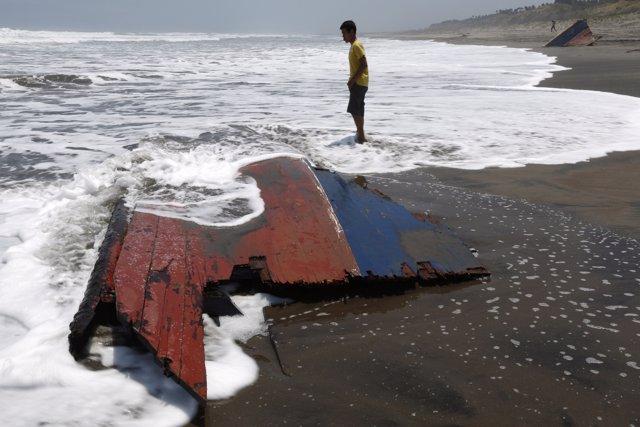 Naufragio de un barco de inmigrantes en Indonesia