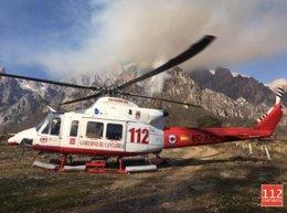 El helicóptero del 112 presta apoyo aéreo en incendio forestal en Lon