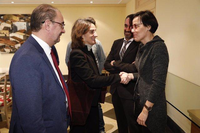 La ministra Teresa Ribera saluda a la alcaldesa de Andorra, Sofía Ciércoles