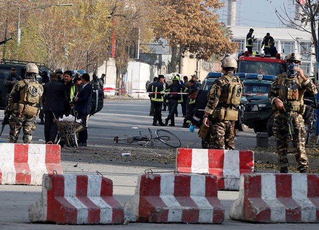 Policías y fuerzas de seguridad afganas acordonan la zona de la explosión