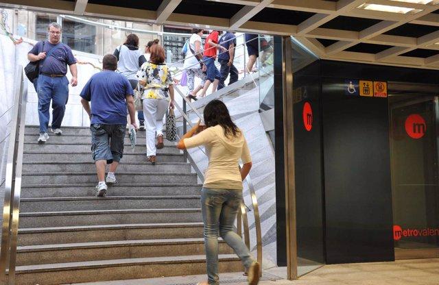 Escalera de una estación de Metrovalencia