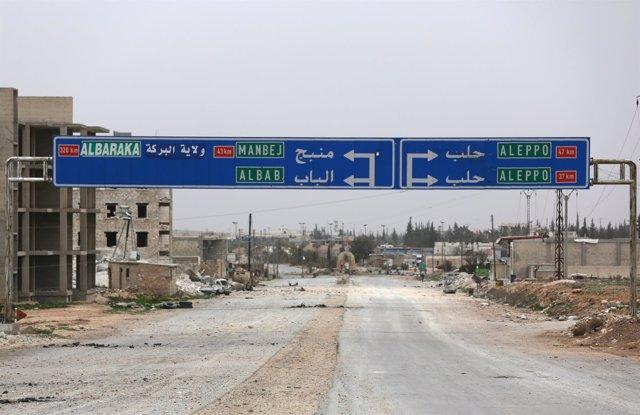 Cartel con rutas a Manbij en Al Bab