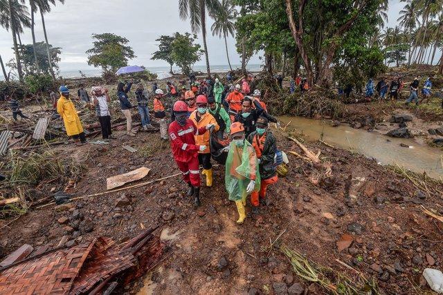 Equipos de rescate y limpieza rescatan a varias personas tras el tsunami
