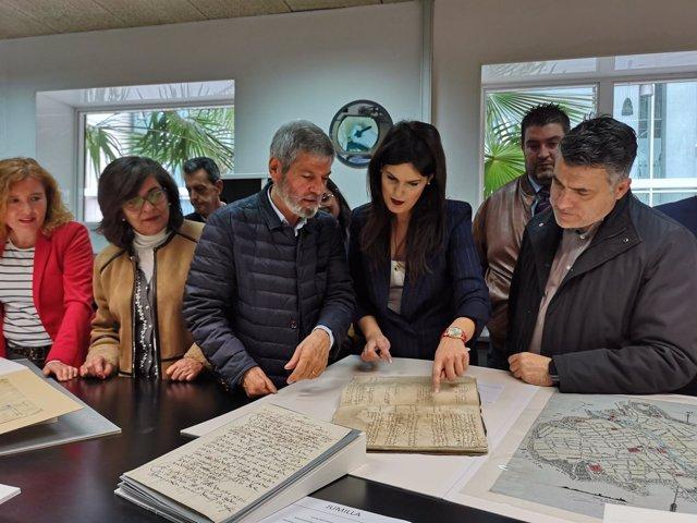 La consejera Miriam Guardiola (2ª dcha.) con algunos de documentos restaurados