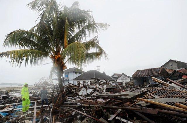 Labores de rescate en una playa de Sumur tras el tsunami