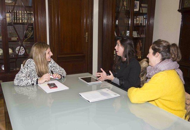 Irene García con las creadoras del documental 'Mujereando'