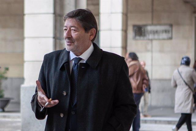 Francisco Javier Guerrero al pie de la Audiencia