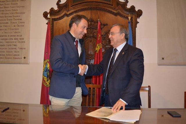 El consejero Patricio Valverde y el alcalde de Lorca tras la firma