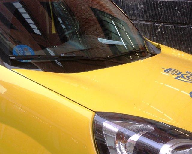 Uno de los vehículos de Correos con el nuevo distintivo ambiental de la DGT