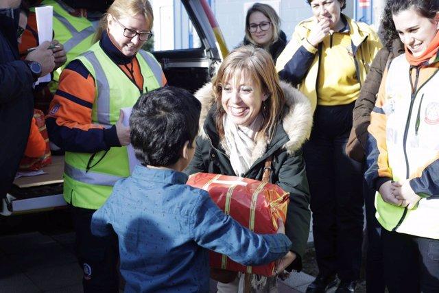 Entrega de juguetes a los menores de centros de acogida de Valdelatas y San Roqu