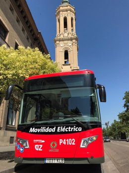 Autobús urbano eléctrico en la calle