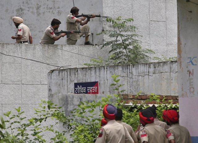 Policías indos en la región de Punyab
