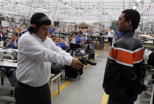 El presidente de la empresa Miguel Caballero prueba un chaleco antibalas