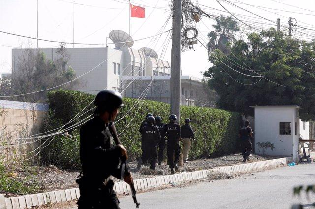 Policías toman posiciones en el exterior del Consulado de China, en Pakistán