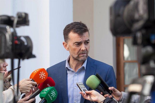 Antonio Maíllo atiende a los medios para informar sobre temas de actualidad.