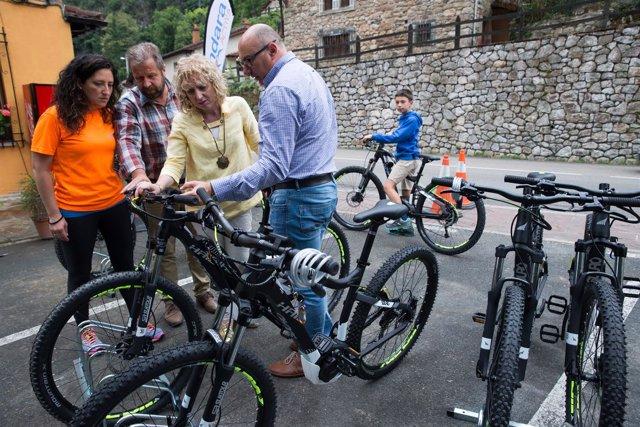 La vicepresidenta con bicis eléctricas subvencionadas por el Gobierno