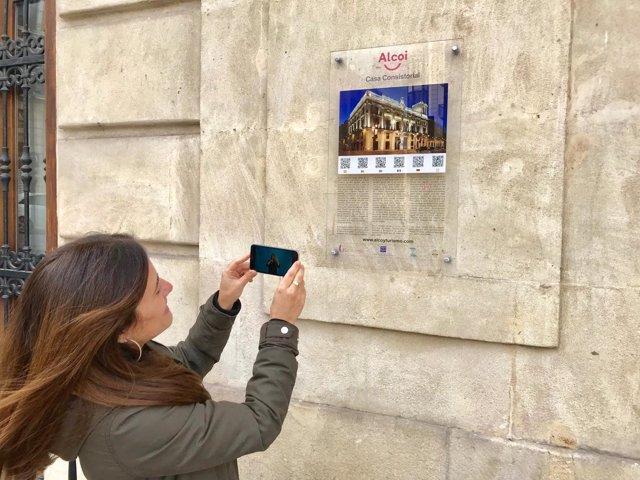 La concejala de Turismo accede a la guía para sordos del Teatro