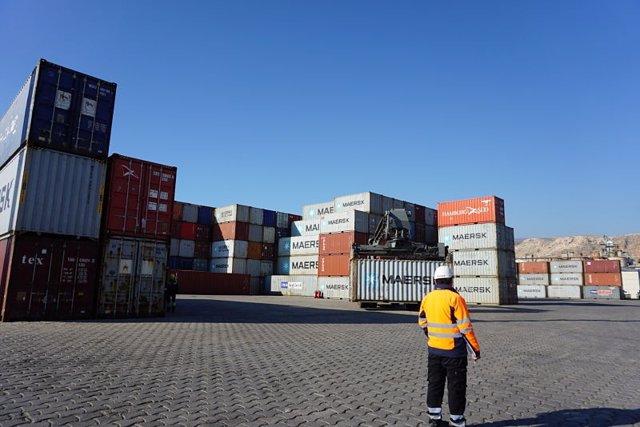 Contenedores de mercancías en el Puerto de Almería