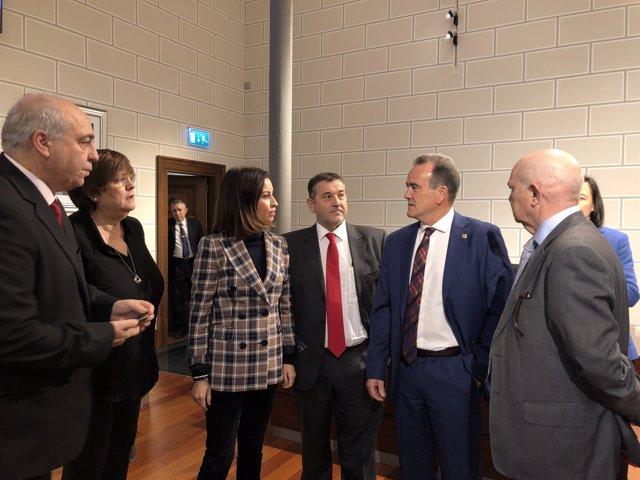 Sánchez Quero habla con diputados del PSOE antes del pleno de la DPZ