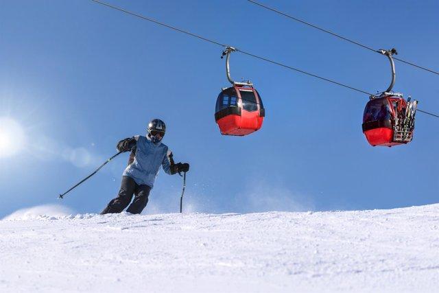 Esquí. Deporte de invierno. Casco